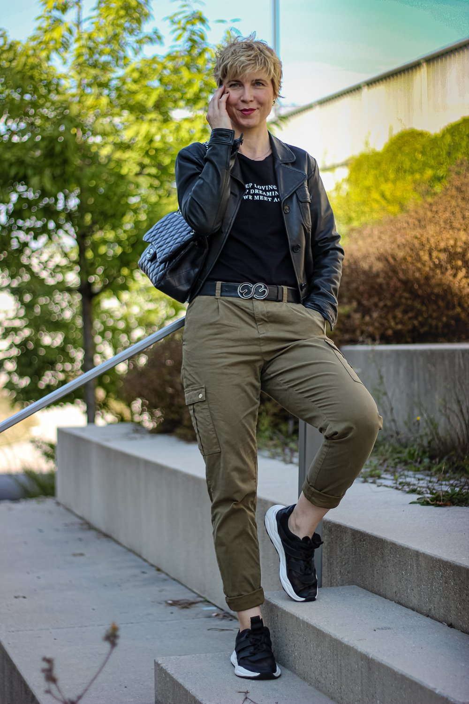 conny doll lifestyle: Khaki, schwarz, casual, sportliches Styling, Cargohose, Lederjacke, Sneaker,