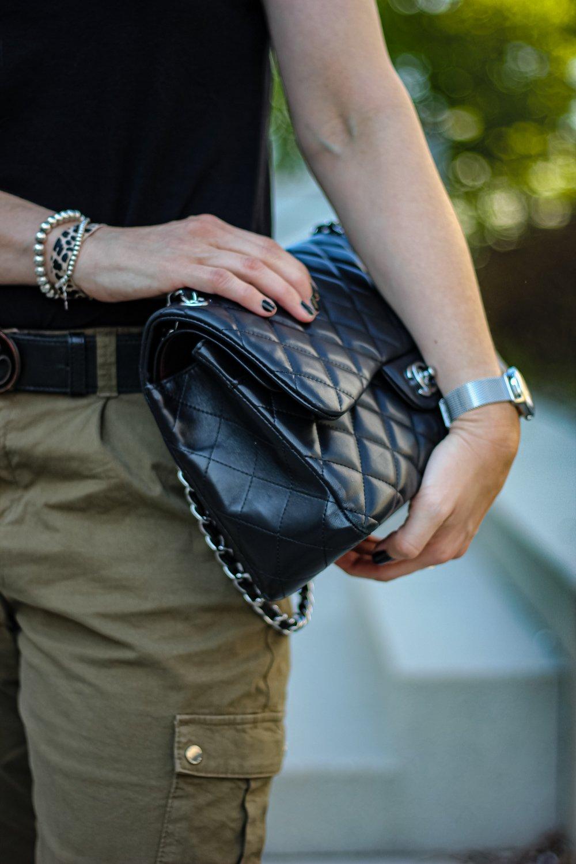 conny doll lifestyle: Khaki, schwarz, casual, sportliches Styling, Cargohose, Lederjacke, Sneaker, Details