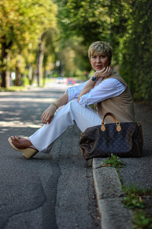conny-doll-lifestyle: Leinenhemd mit Weste fürs Büro, helle Farben, Herbststyling, Übergangslook