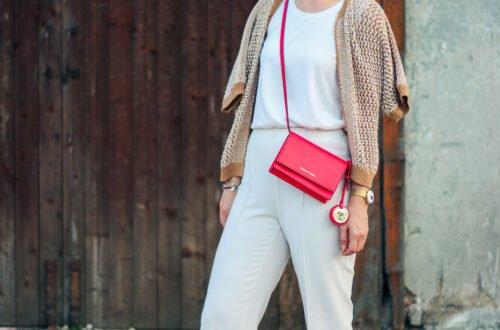 conny doll lifestyle: Spätsommerlook, helle Farben, Übergangsoutfit, Strickjacke, T-Shirt, rote Tasche,