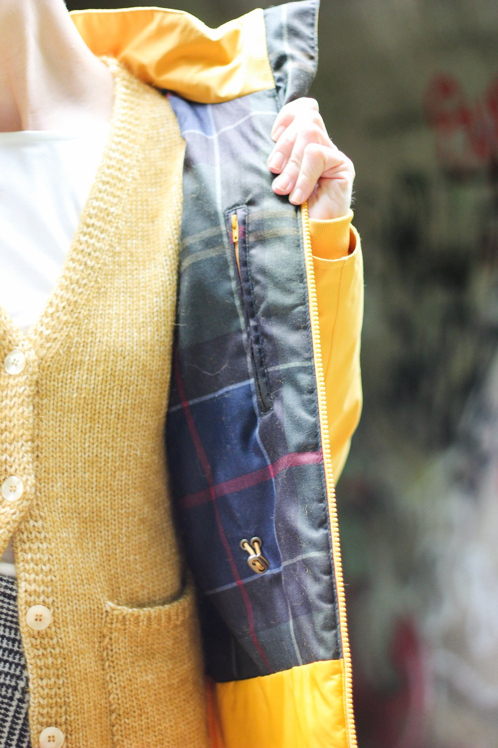 conny doll lifestyle: Strickmode, The British Shop, Barbour Parka, gelb, Funktionsmode
