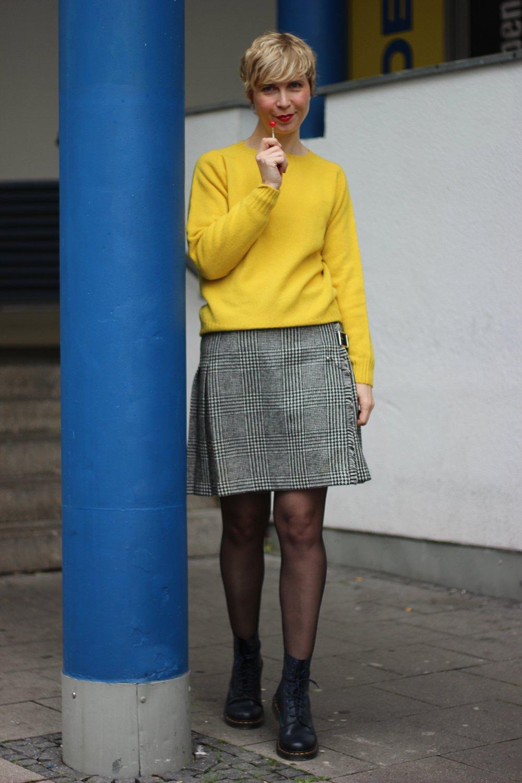 conny doll lifestyle: Herbstmode auf die britische Art- Mini-Kilt und eleganter Strick - schick im Regen