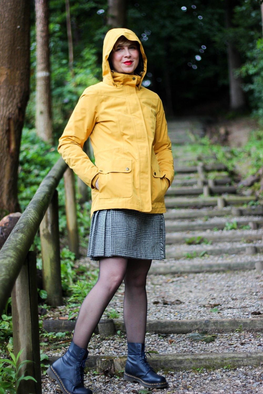 Herbstmode auf die britische Art- Mini-Kilt und eleganter Strick - schick im Regen