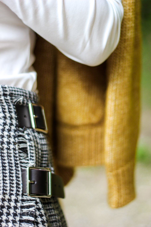 conny doll lifestyle: Details, Schottenrock, Mini-Kilt, Schnallen, Strickjacke,