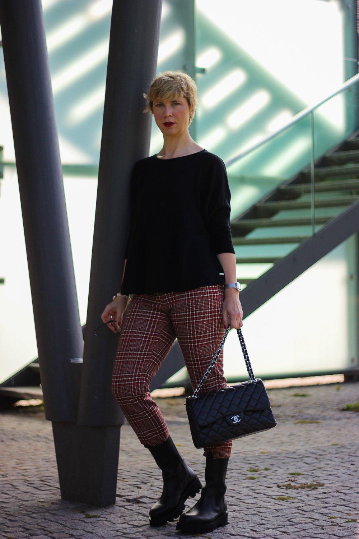 conny doll lifestyle: Karo-Thema, Herbstkollektion von Toni-Fashion, Styling, Karo-Hose, Boxy-Schnitt, Pullover, Boots, casual
