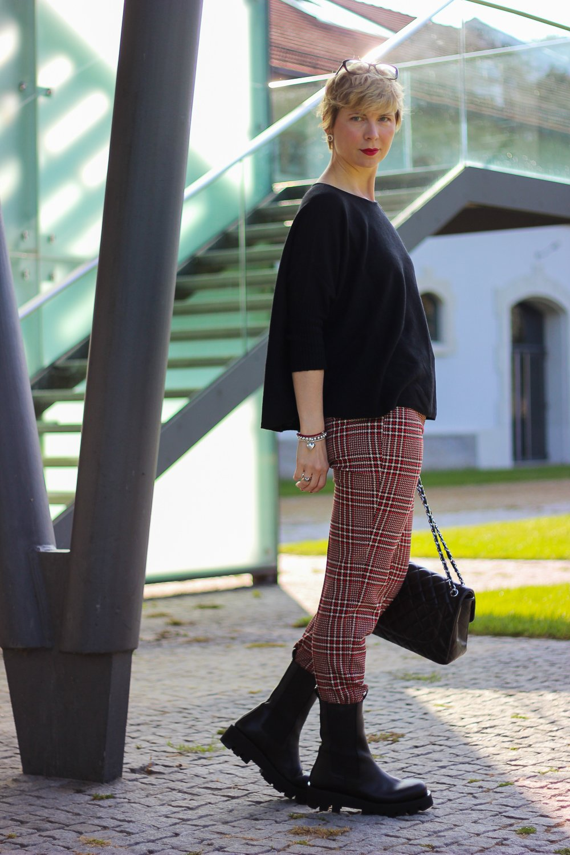 conny doll lifestyle: Karo-Thema, Toni-Fashion, Styling, Karo-Hose, Boxy-Schnitt, Pullover, Boots, casual