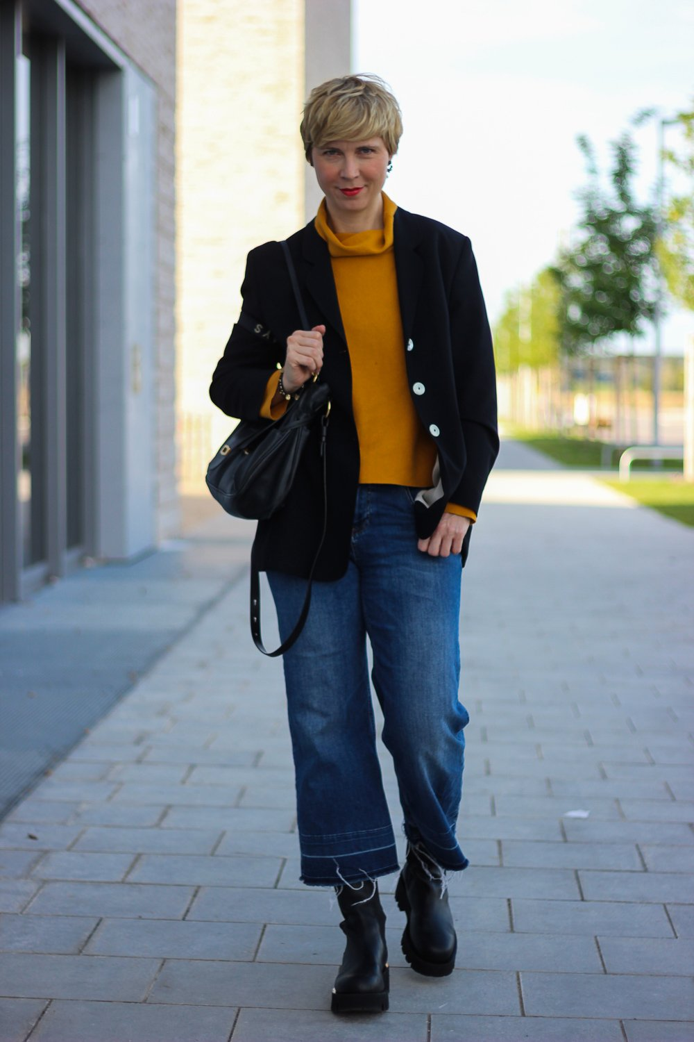 conny doll lifestyle: Herbstlook, curry Pullover, neyo. Blazer, Chunky-Boots,