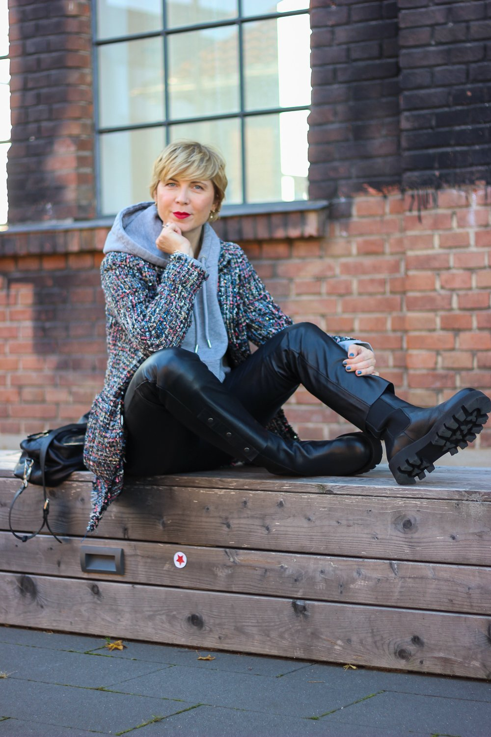 conny doll lifestyle: Chunky-Boots, Lederhose, Longblazer und Hoodie