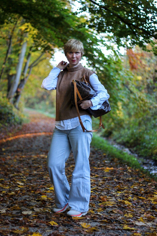 conny doll lifestyle: Pullunder, weite Jeans, Cognac, Herbstlook 2020