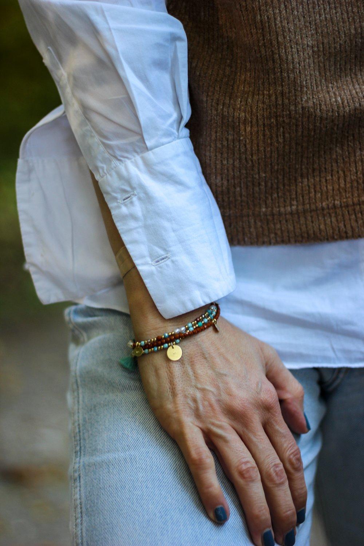 conny doll lifestyle: Details, Pullunder, weiße Bluse, Armbänder, Jeans, Herbstlook