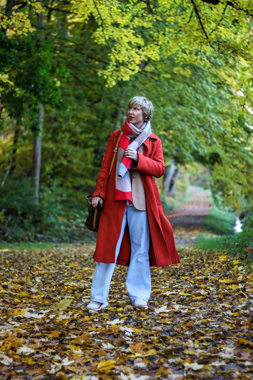 conny doll lifestyle: Mantel, Pullunder, weite Jeans, Cognac, Herbstlook 2020