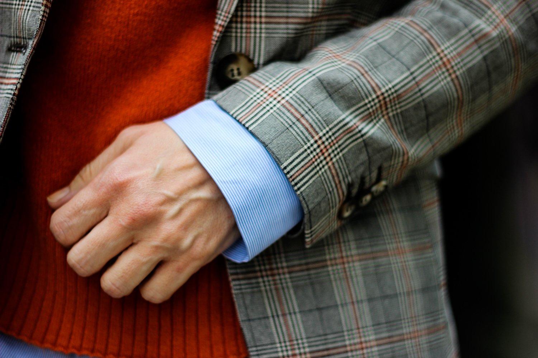 conny doll lifestyle: Karoblazer, gestreifte Bluse, oranger Pullover, Details