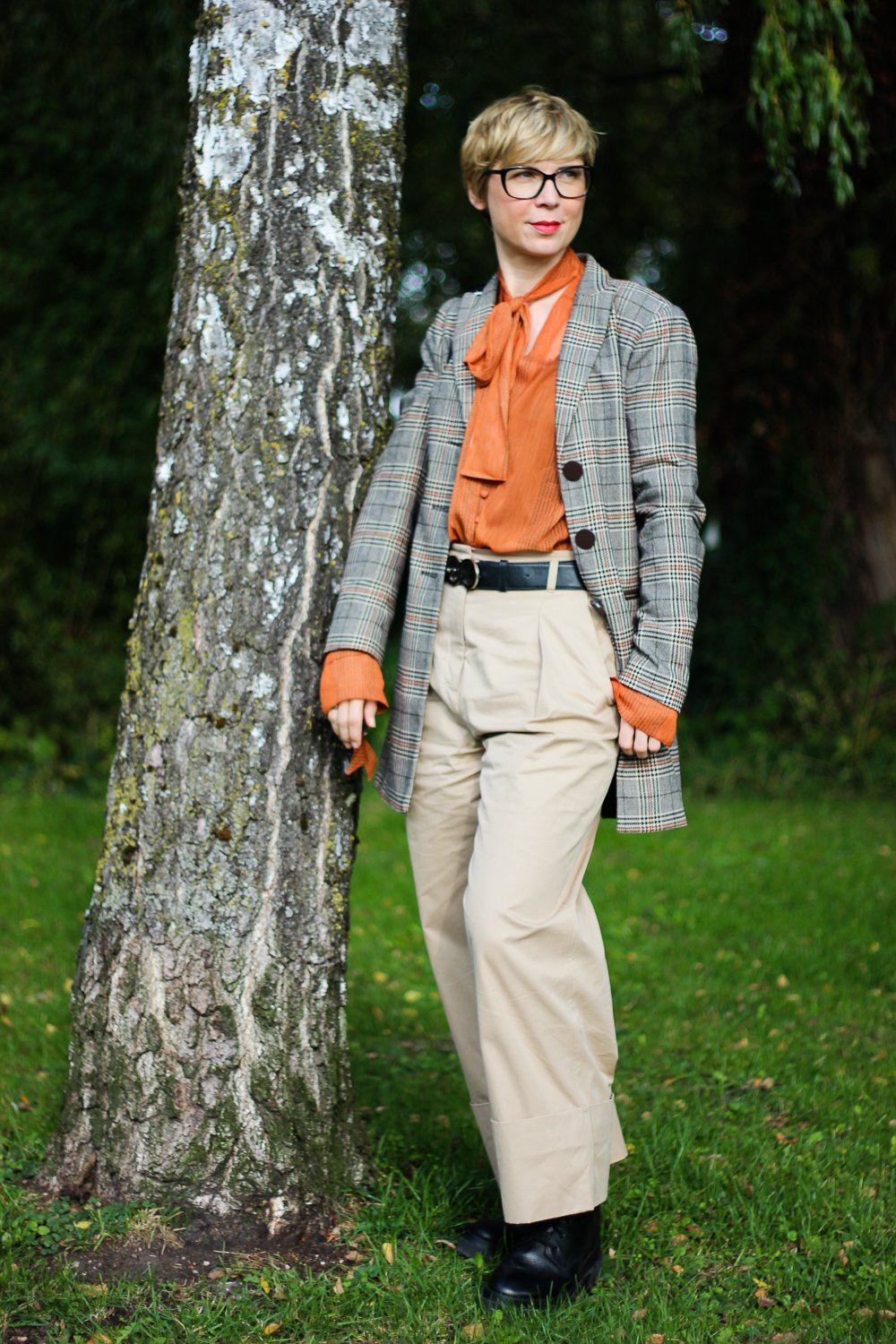 conny doll lifestyle: Karoblazer, taillenhohe Hose, Schluppenbluse, Herbststyling, Outfitinspiration