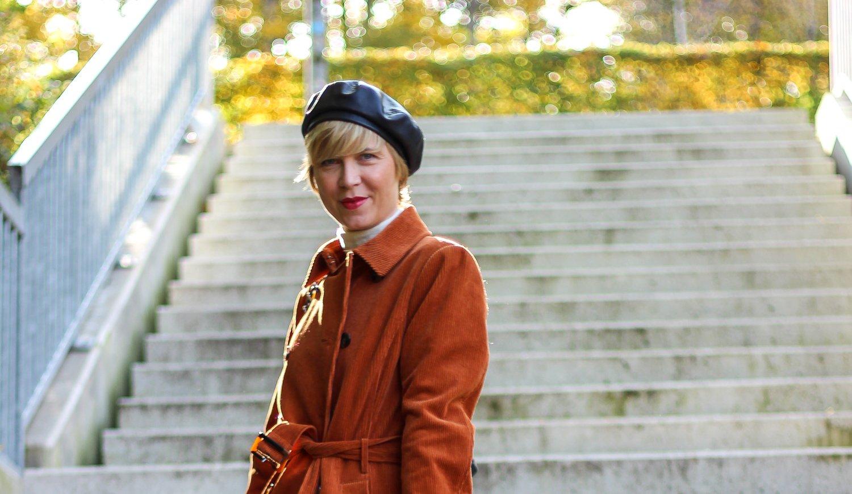 conny doll lifestyle: Kopfbedeckung, Cordmantel, Herbststyling 2020