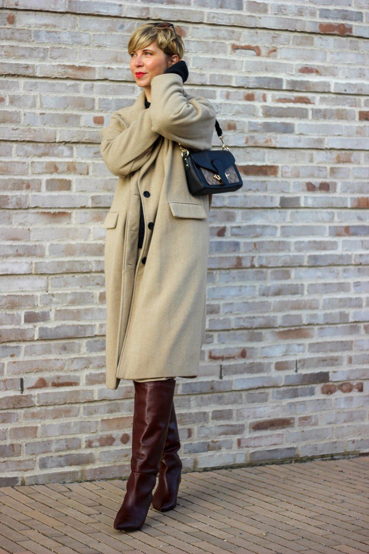 conny-doll-lifestyle: Mit Covid-19 hat das Herbstoutfit nichts zu tun aber mit kühlen Temperaturen. Mantel, Stiefel, Kuschelpullover