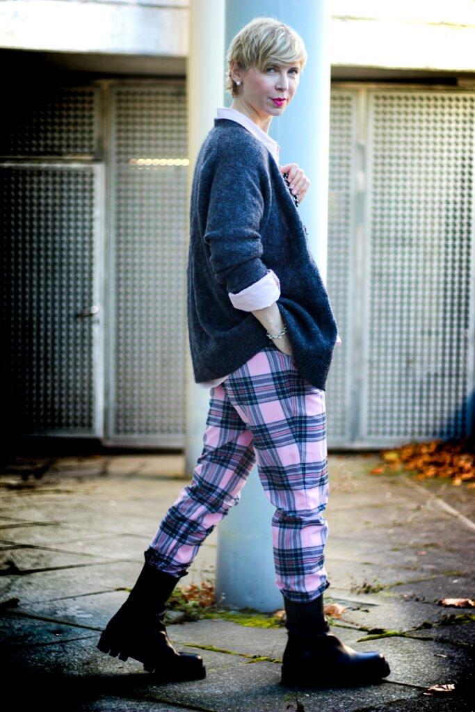conny doll lifestyle: Queen of Schlabberlook - der Style meines Lebens. Bequemes Outfit für den Alltag mit Strickjacke und weiter Karohose