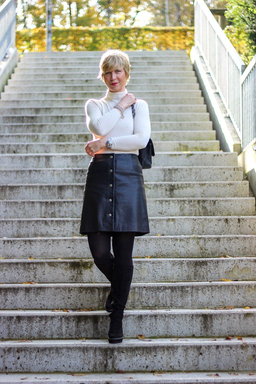 conny doll lifestyle: Lederrock, Rollkragen, Stiefel, Sechziger Jahre Styling,