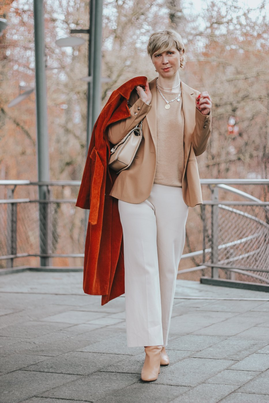 conny doll lifestyle: Winterstyling mit hellen Farben, Cordmantel in Rostrot, Outfitinspiration