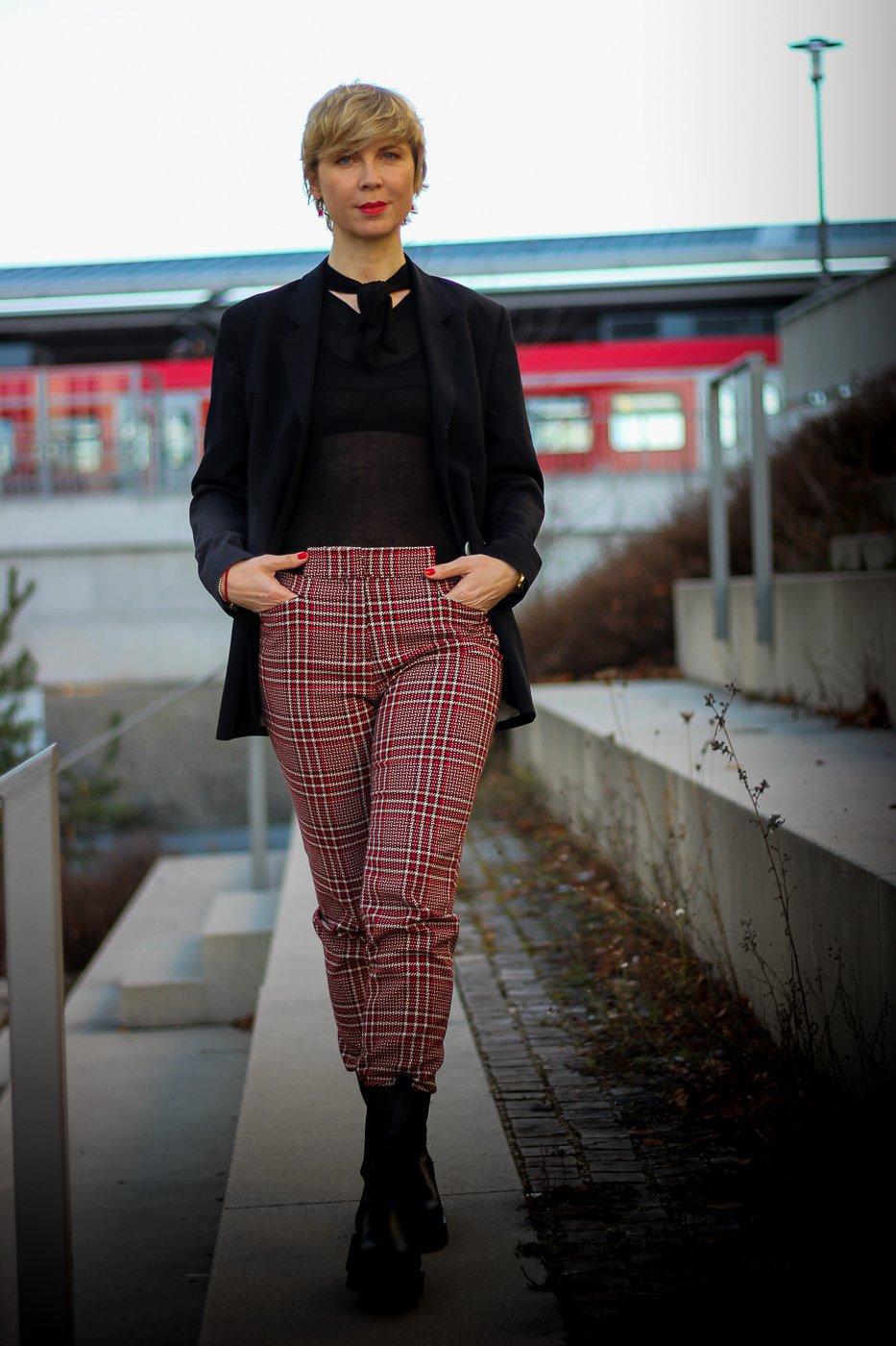 conny doll lifestyle: Herbstlook, unkompliziert, schwarzes Schuppenshirt, Chunkyboots