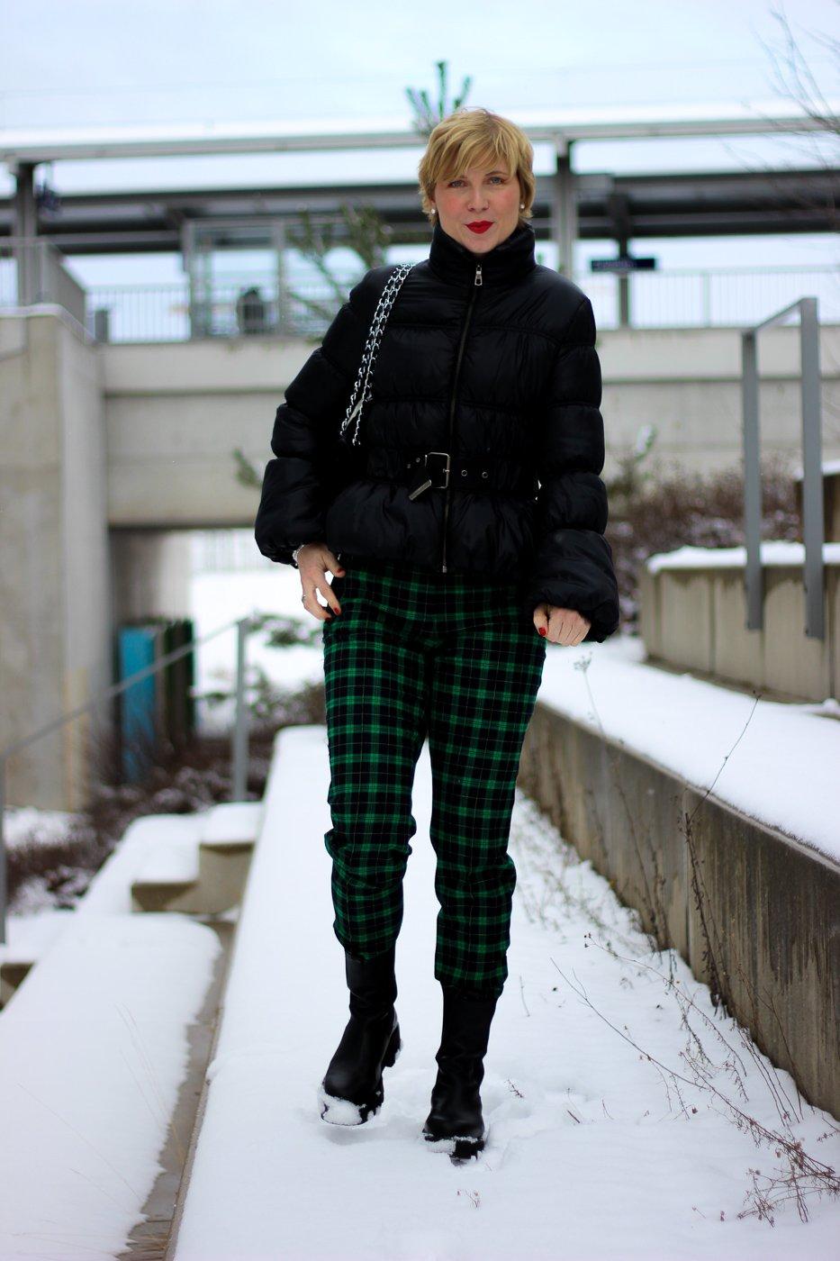 conny doll lifestyle: grüne Karohose, bunt, Winterstyling, Chunkyboots