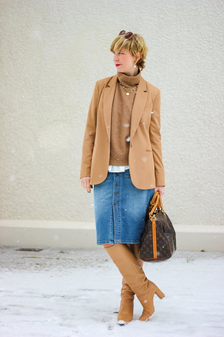 conny doll lifestyle: jeansrock, blazer, pullunder, Stiefel, casual, Officelook