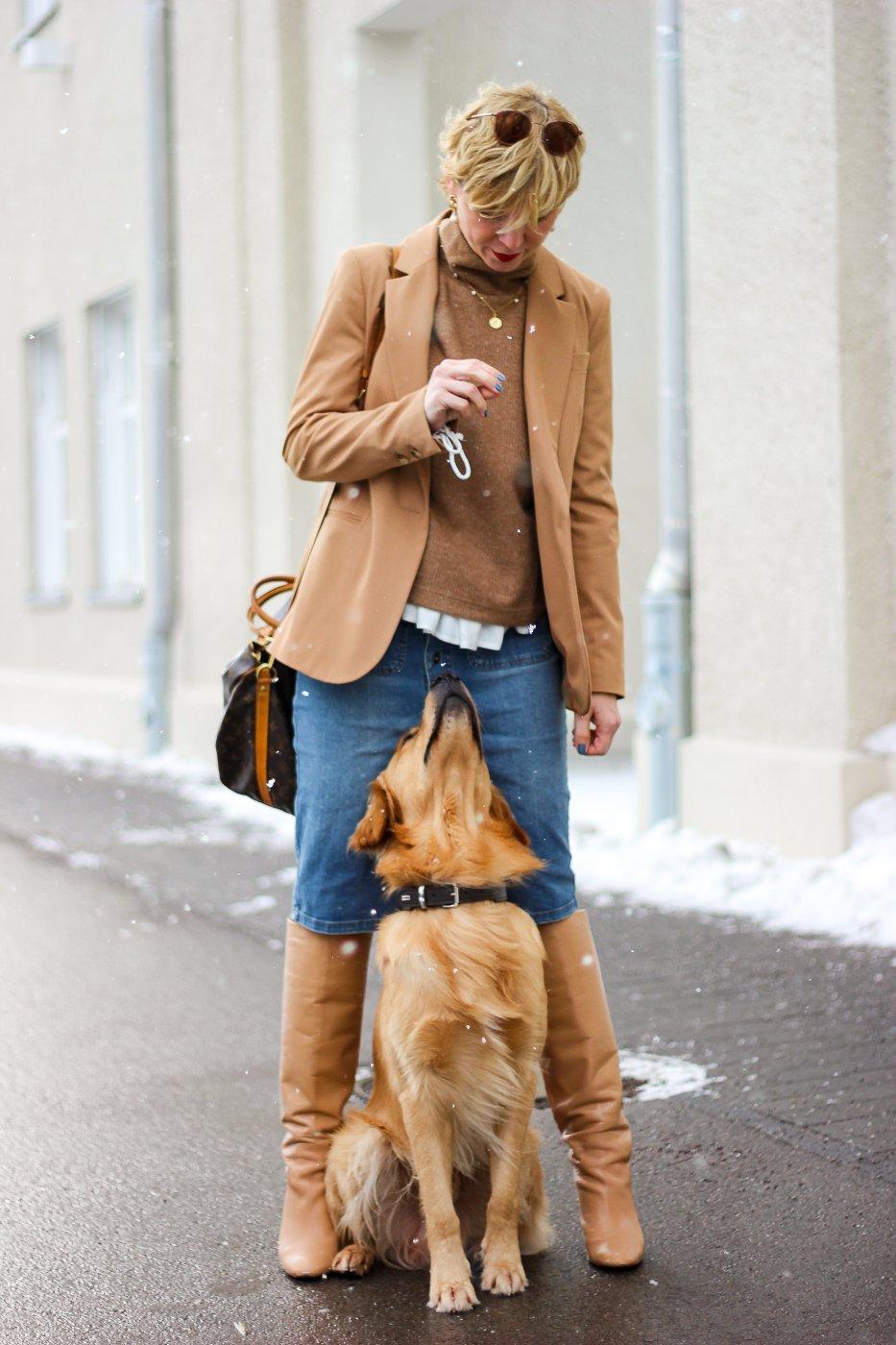 conny doll lifestyle: Fashionblogger, Hunde, Erziehung, Familienleben, Winteroufit, Jeansrock mit Stiefel, Pullunder und Blazer