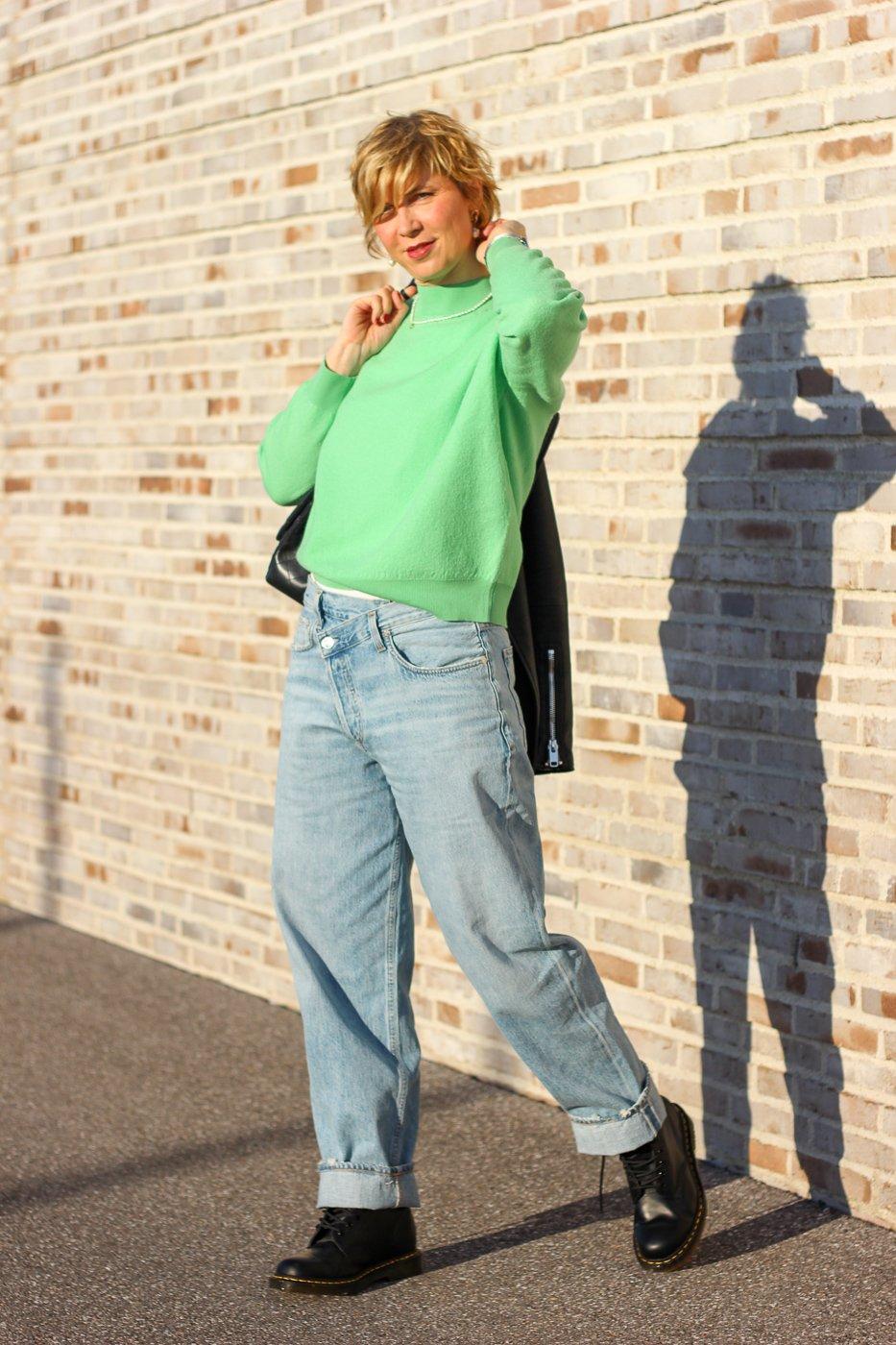 conny doll lifestyle: Jeans, Frühlingslook in Grün, Übergangsstyling, Lederjacke, Doc Martens, Agolde, American Vintage