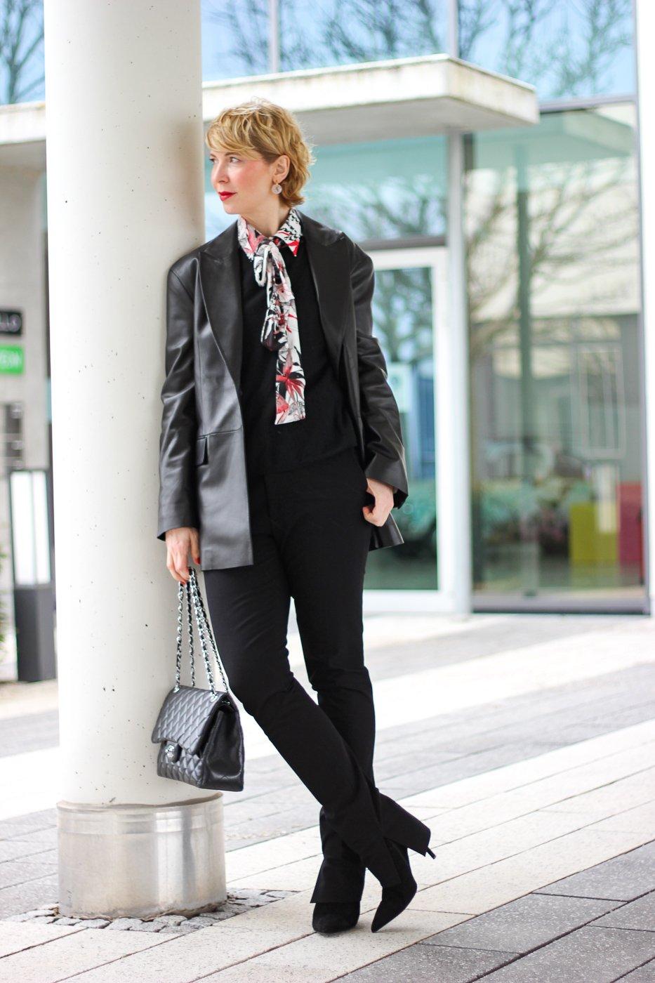 conny doll lifestyle: Lederblazer, Schluppenbluse, Hose mit Schlitz, Übergangsstyling, Frühlingslook