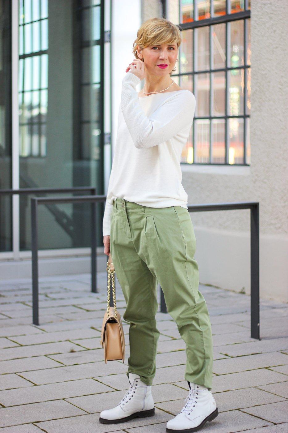 conny doll lifestyle: Frühjahrsmode von TONI-Fashion, grüne Bundfaltenhose und Sommerpullover in weiß, Übergangslook