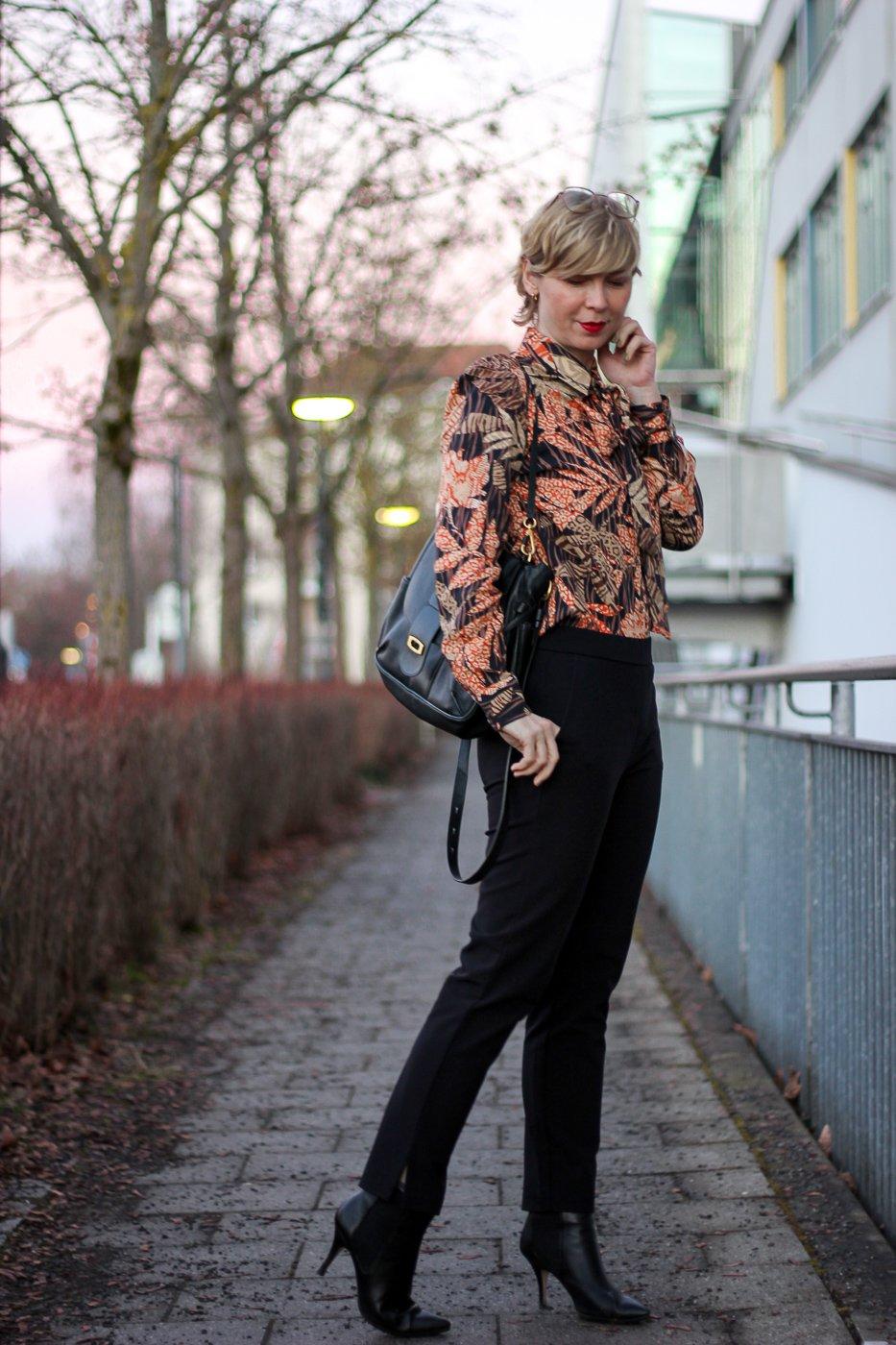conny doll lifestyle: Frühjahrsmode von TONI-Fashion, Schluppenbluse, schwarze Hose elegant, Officelook