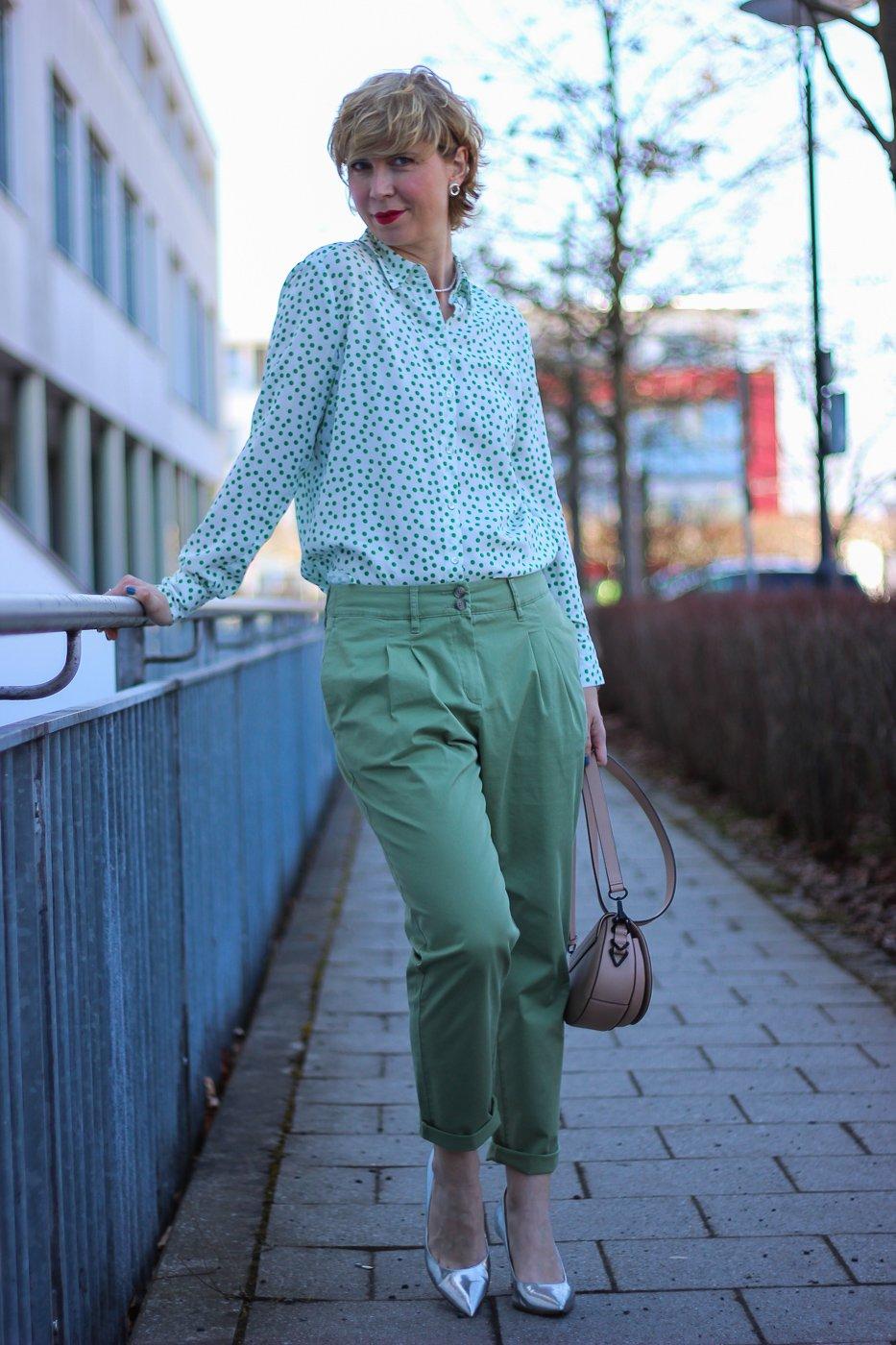 conny doll lifestyle: Frühjahrsmode von TONI-Fashion, grüne Bundfaltenhose, Bluse mit grünen Punkten