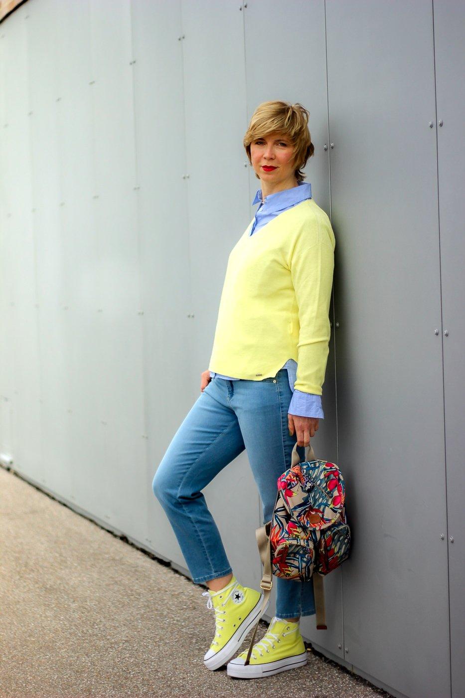conny doll lifestyle: Toni-Fashion, Frühjahrsmode, gelber Pullover, V-Ausschnitt, Jeans, Bluse mit Streifen, Outfitinspiration
