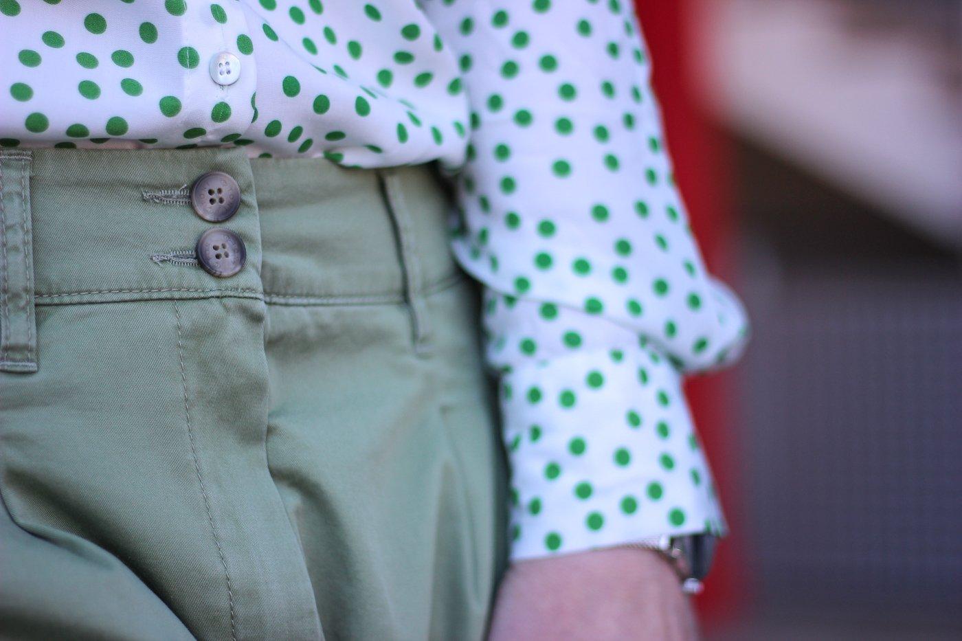 conny doll lifestyle: Frühjahrsmode, grüne Hose und Bluse mit Punkten, Details