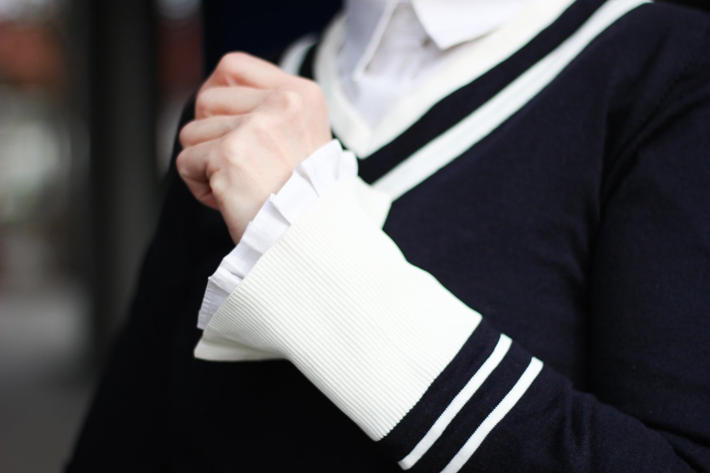 conny doll lifestyle: Details, blauer Pullover und weiße Bluse