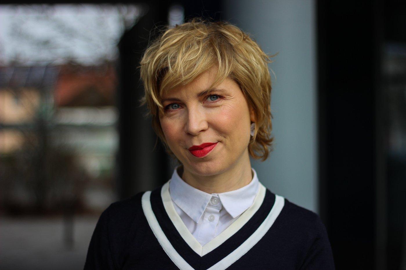 conny doll lifestyle: weiße Bluse, blauer Pullover, Porträt, 40plus