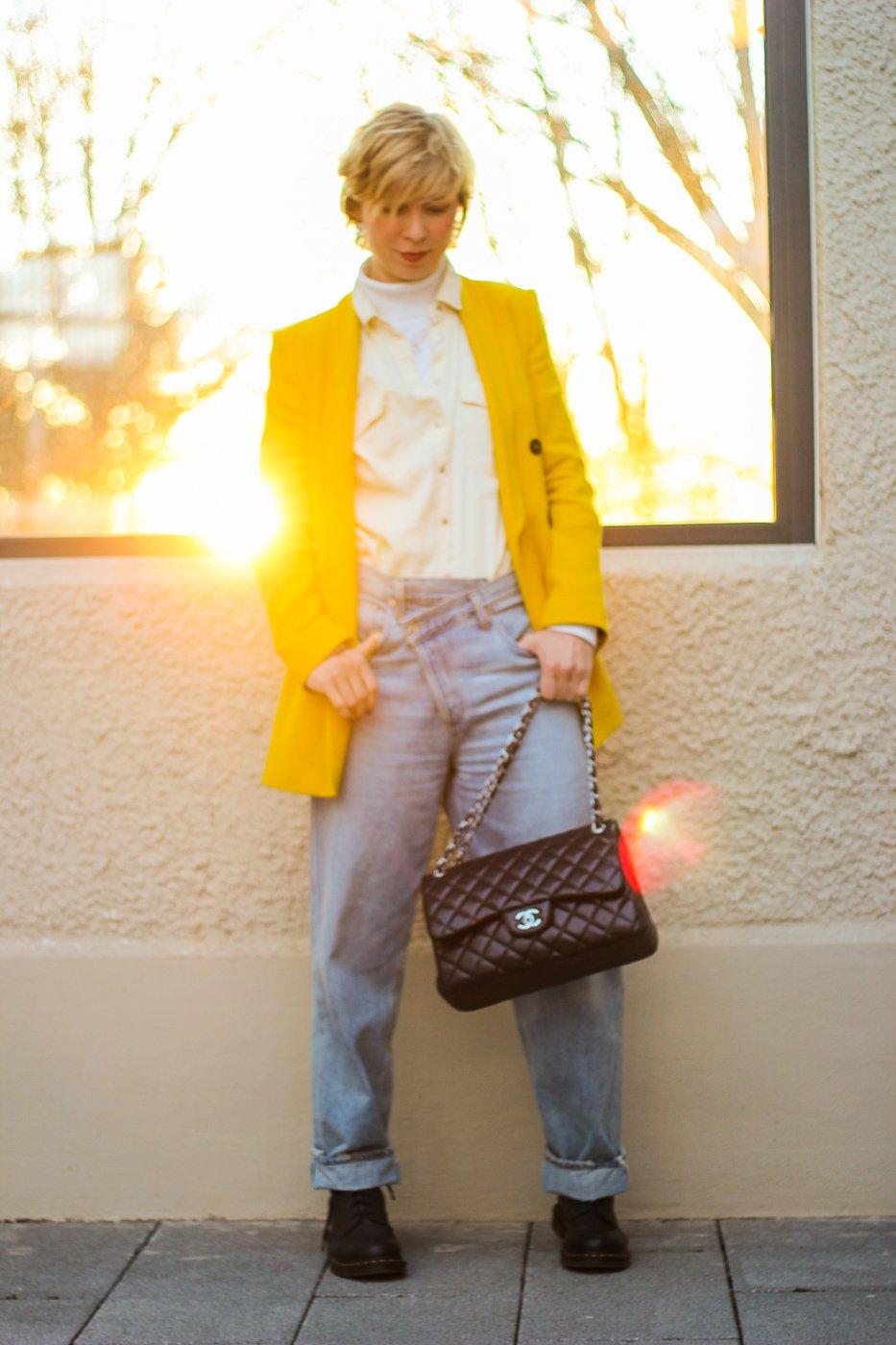 conny doll lifestyle: Criss Cross Jeans - der Denimtrend im Frühling ist schräg, gelber Blazer, Frühlingslook, Doc Martens, Denim, casual, lässiges Styling