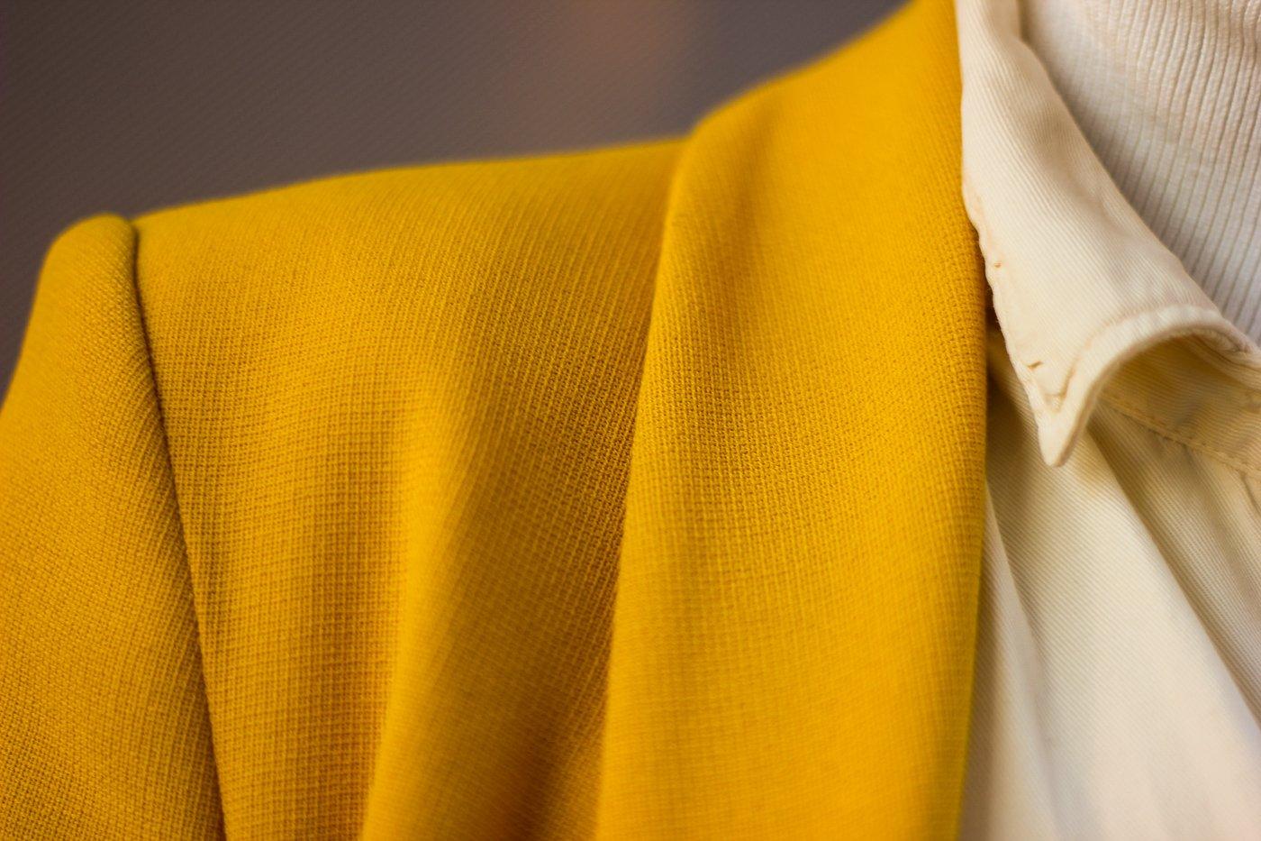 conny doll lifestyle: Frühlingslook mit gelbem Blazer, Details