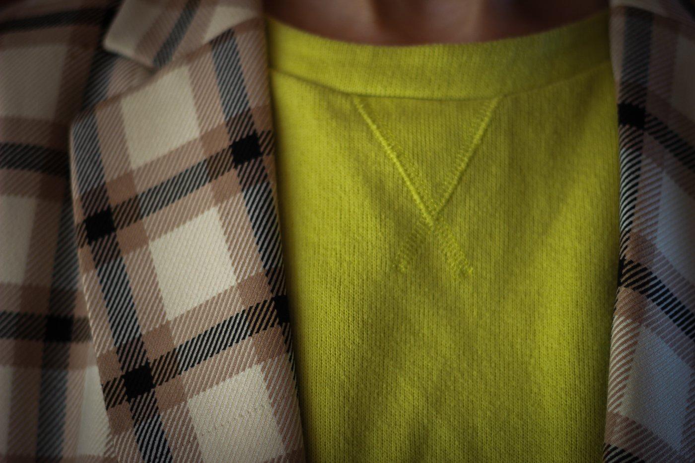 conny doll lifestyle: Karoblazer, gelber Pullover, Details