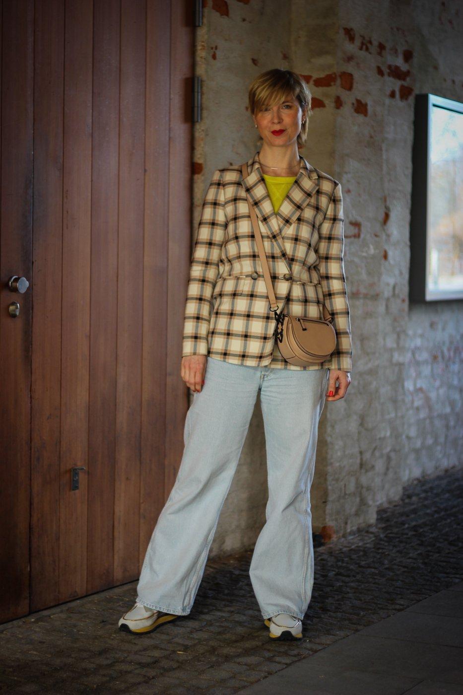 conny doll lifestyle: Frühlingslook, gelber Pullover, Businesscasual, Gleichberechtigung, Karoblazer