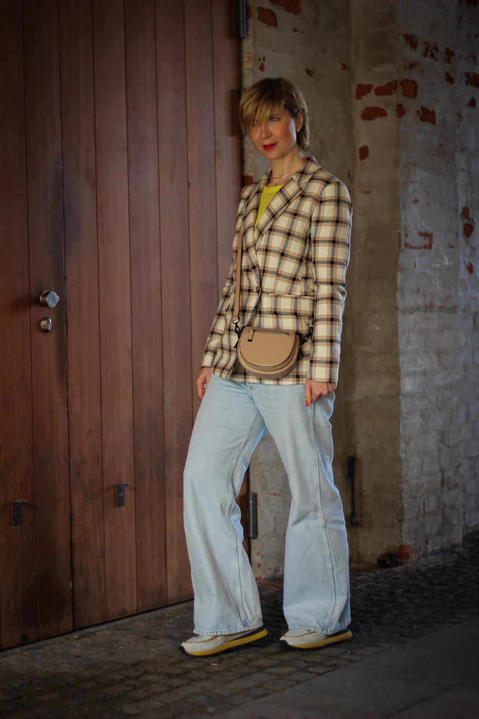 conny doll lifestyle: Frau mit Frühlingslook, gelber Pullover, Businesscasual, Gleichberechtigung, Karoblazer