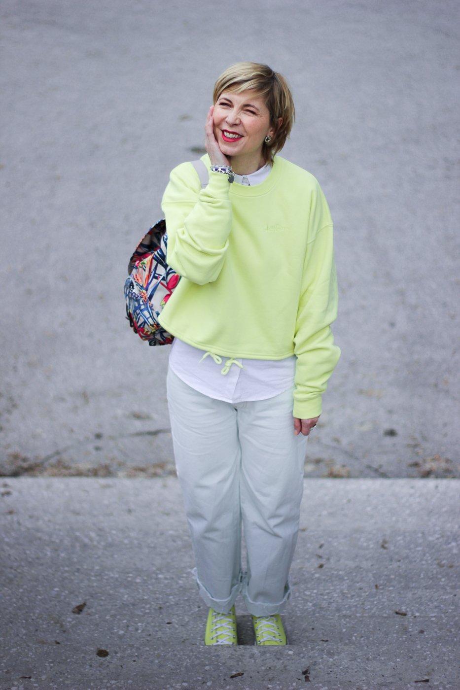 conny doll lifestyle: Frühlingslook in Gelb, Chucks, weiße Jeans, Lagenlook