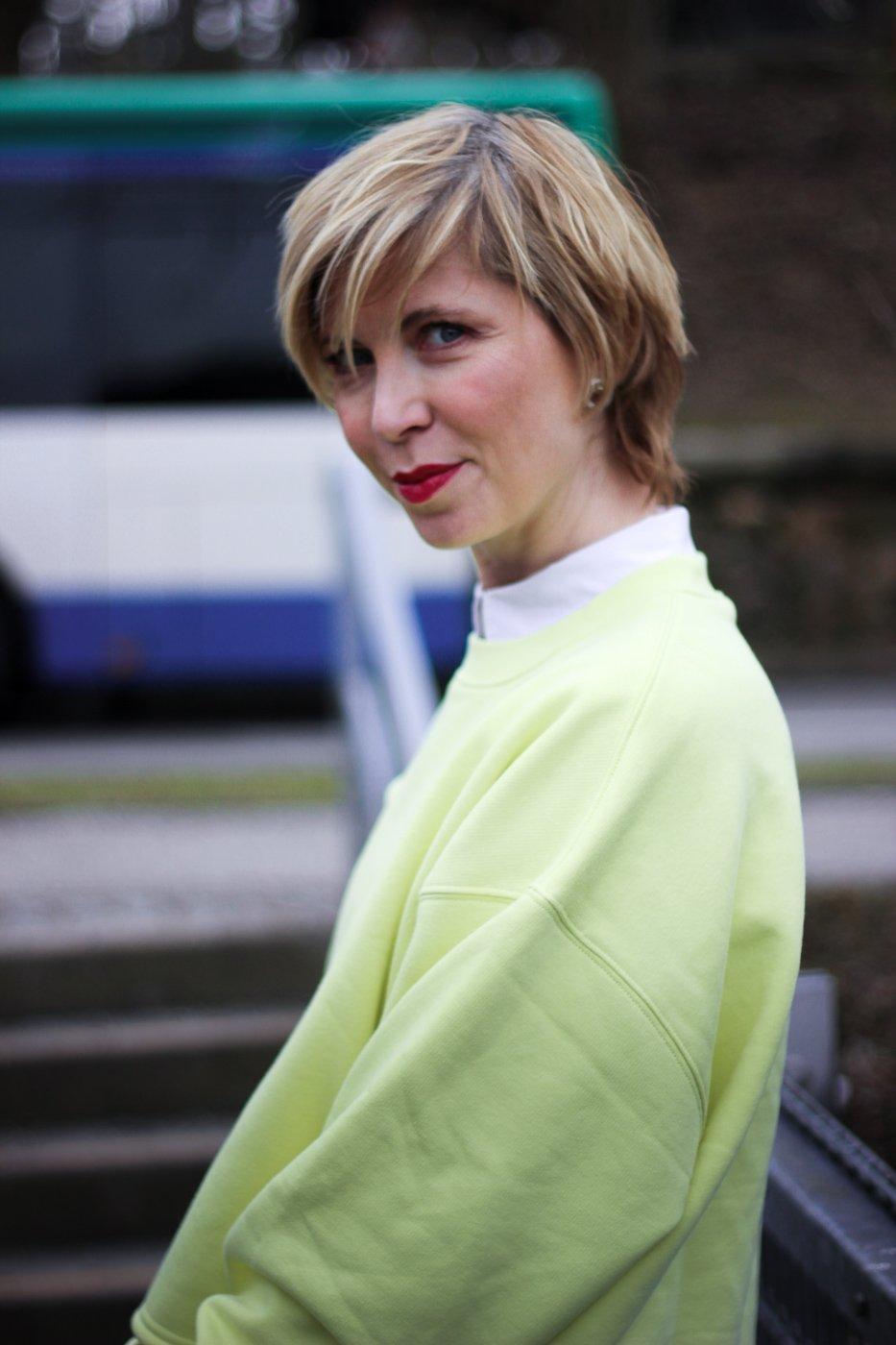 conny doll lifestyle: LeGer, Frühlingslook, gelber Pullover, weiße Bluse