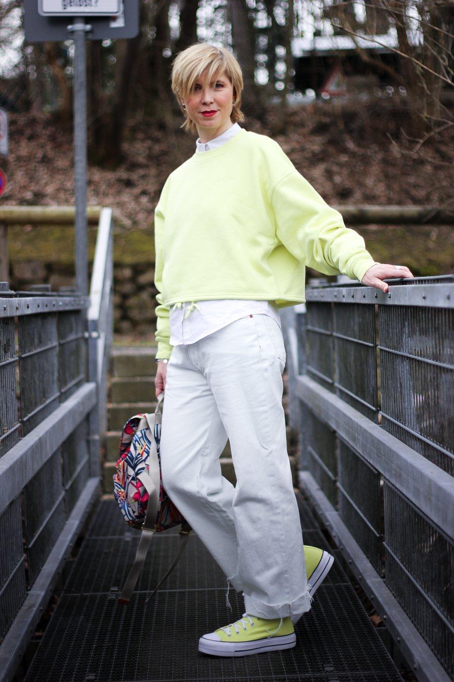 conny doll lifestyle: Converse - warum nennt man die Turnschuhe eigentlich Chucks? Frühlingslook in Gelb