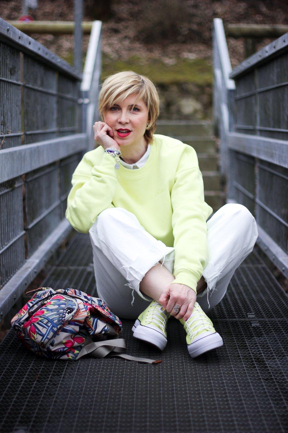 conny doll lifestyle: Frühlingslook in Gelb, Pullover von LeGer, weiße Denim, Converse