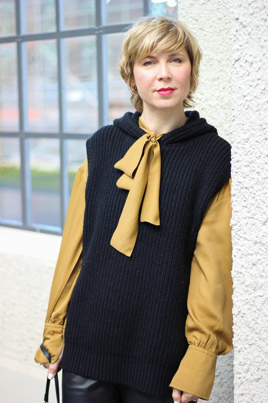conny doll lifestyle: Schluppenbluse und Pullunder, Winterfrühlings-Outfit