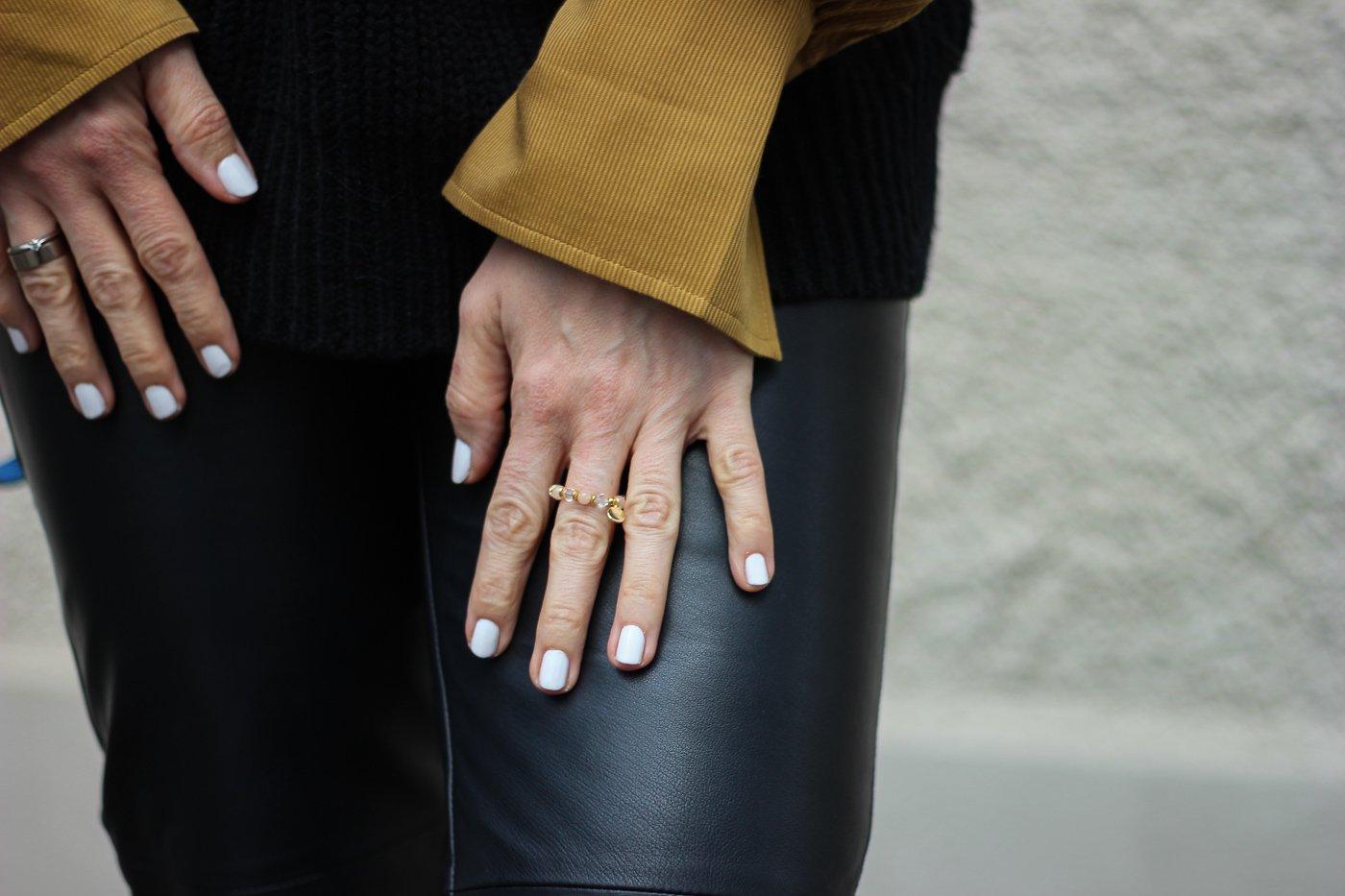 conny doll lifestyle: Lederhose, Bluse, weißer Nagellack, Ring OHCARO,