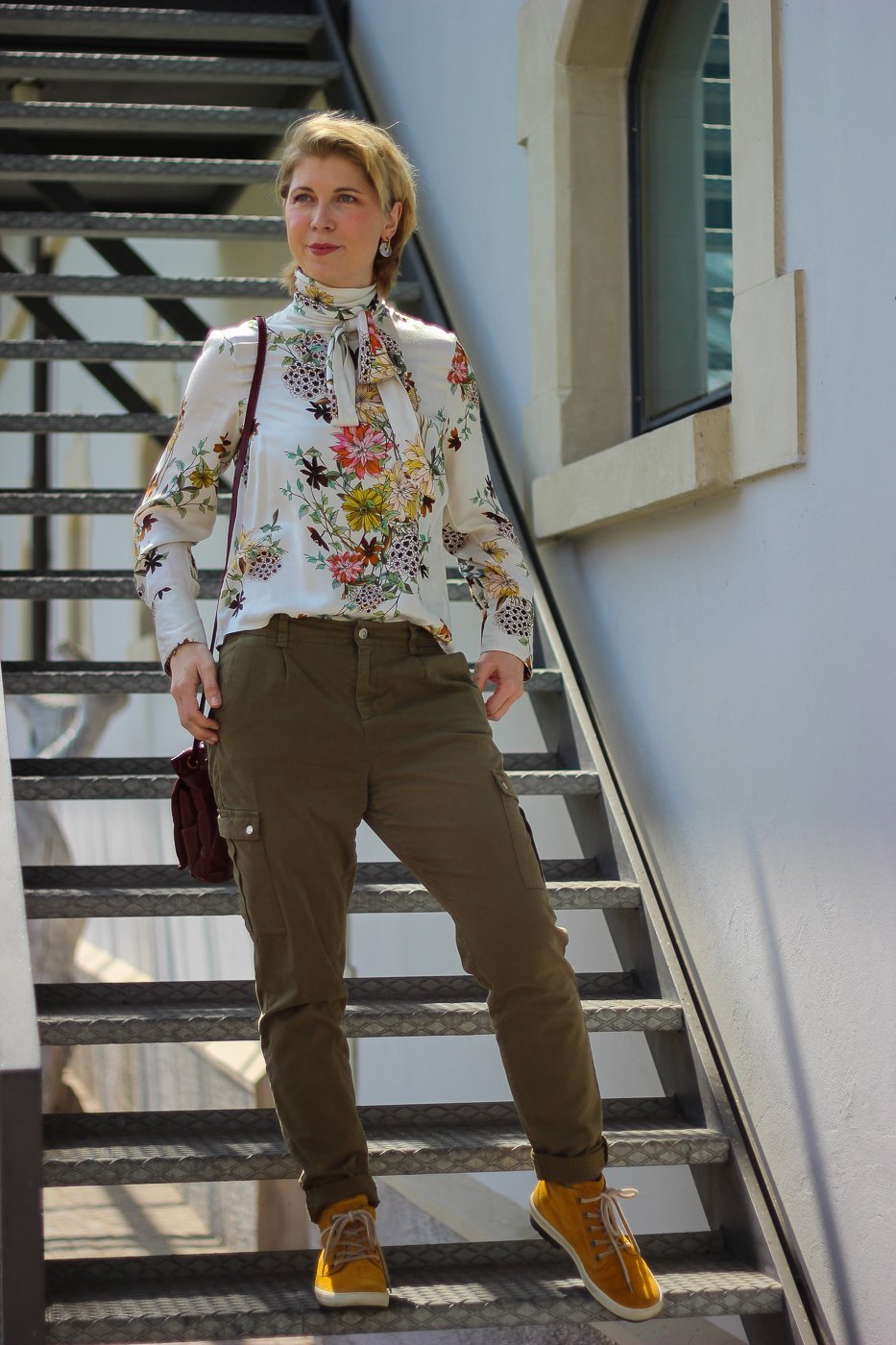 conny doll lifestyle: Schluppenbluse, und khakifarbene Hose, ein Frühlingslook mit Blumenprint