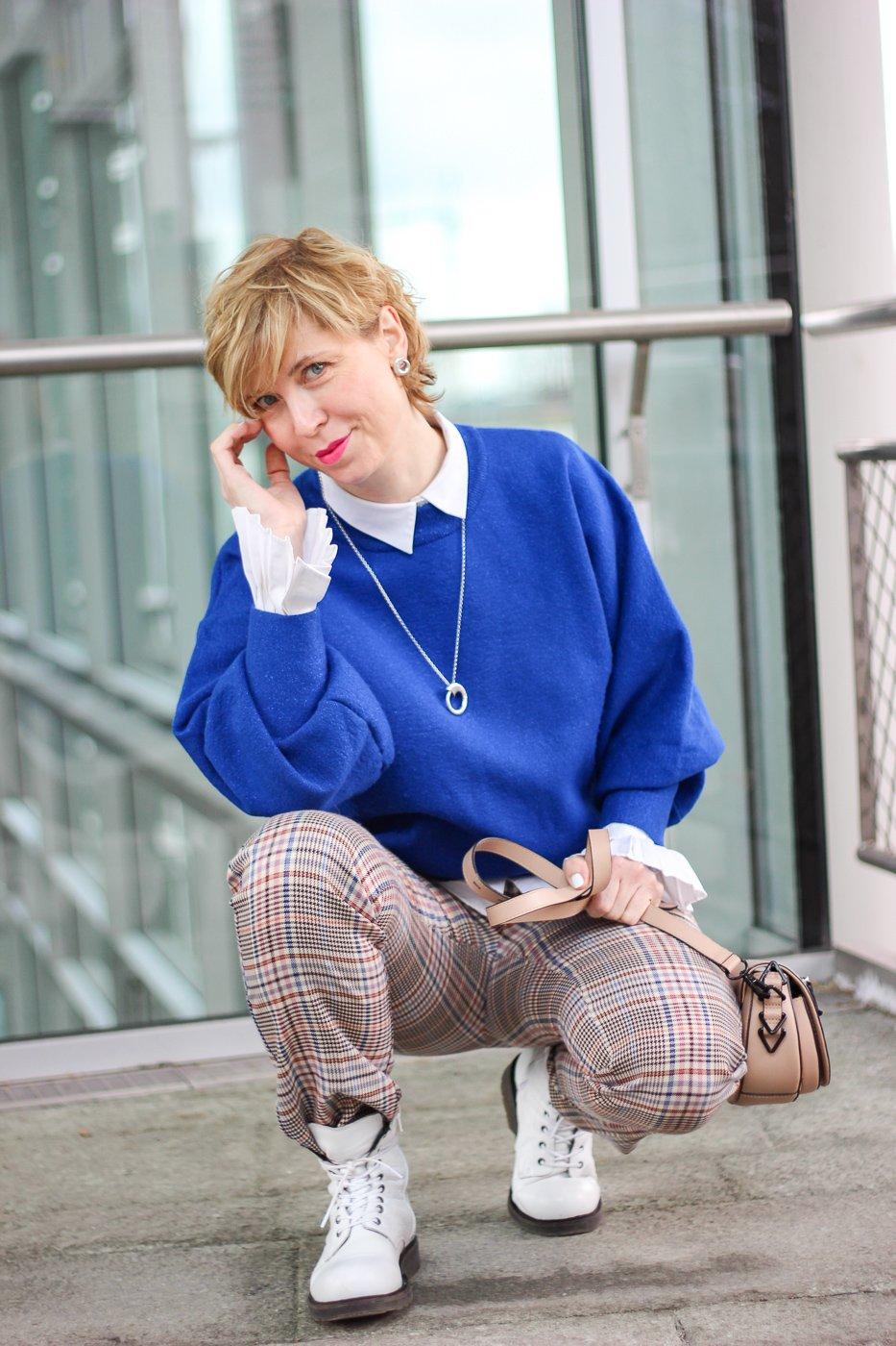 conny doll lifestyle: Outfitvariationen für den Übergang - Karohose, blauer Pullover, Frühlingsstyling