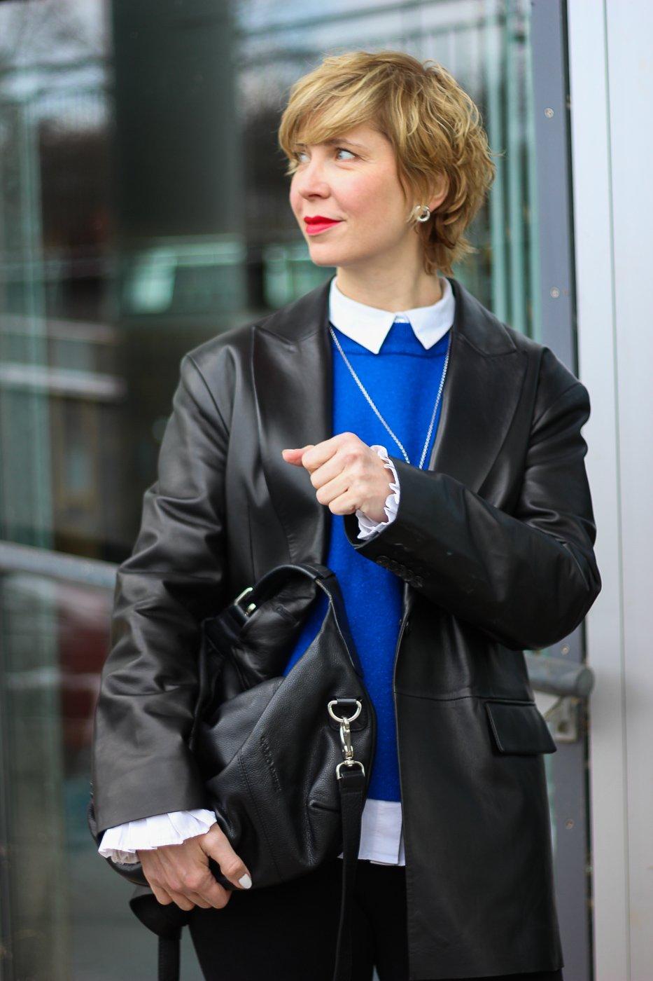conny doll lifestyle: Outfitvariationen für den Übergang - blauer Pullover, Frühlingslook mit Leggings und Lederblazer