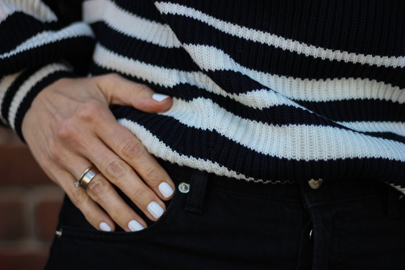 conny doll lifestyle: Details, Streifenpullover, weiße Fingernägel